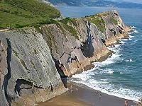 La-costa-nei-pressi-di-Zumaya-Zumaia-Paesi-Baschi-Spagna.-Author-milapeg35.-Licensed-under-the-Creative-Commons-Attribution-Share-Alike